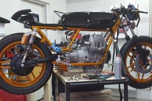 Nádrž verze 2 rovná , GFK zátkou na Moto guzzi