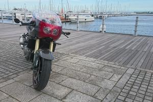 SET - UNI Polokapotáž styl Bol d'Or - Projektory 2x90mm, s vyřezaným a provrtaným plexi, světlometem 2x90mm, držáky pro světlomet, šrouby na plexi, kryty světel z plexiskla na moto Suzuki SV1000  2005