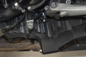 Klín pod motor Triumph 1050 Speed Triple 2011-2015,  - montážní sada na moto - Levá strana - držák č. 1